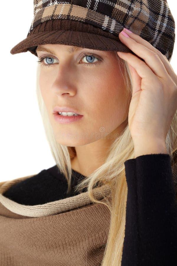 Mujer atractiva rubia en ropa caliente elegante foto de archivo libre de regalías
