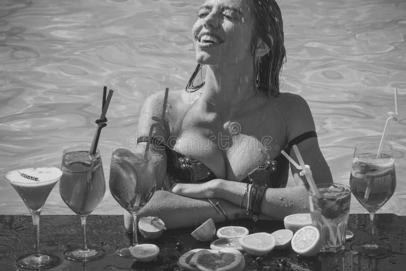 Mujer atractiva sensual Bebida, comida y felicidad imagen de archivo libre de regalías