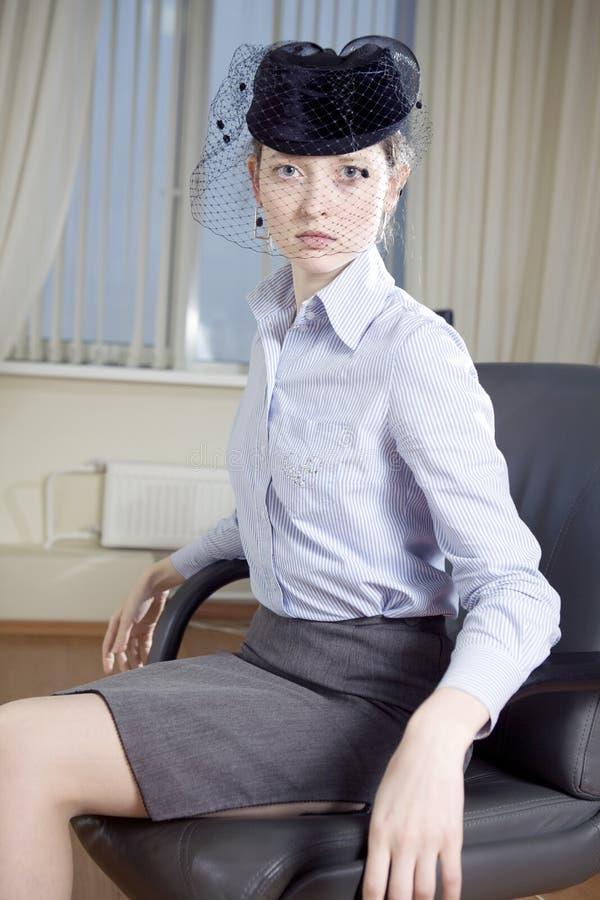 mujer atractiva seria en casquillo con velo foto de archivo libre de regalías
