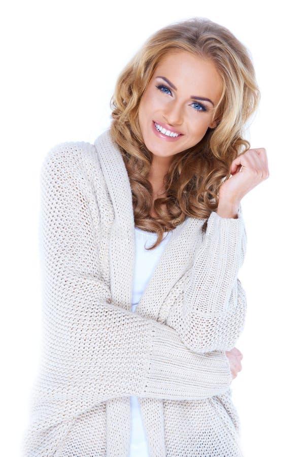 Mujer atractiva vestida ocasional con sonrisa hermosa imágenes de archivo libres de regalías
