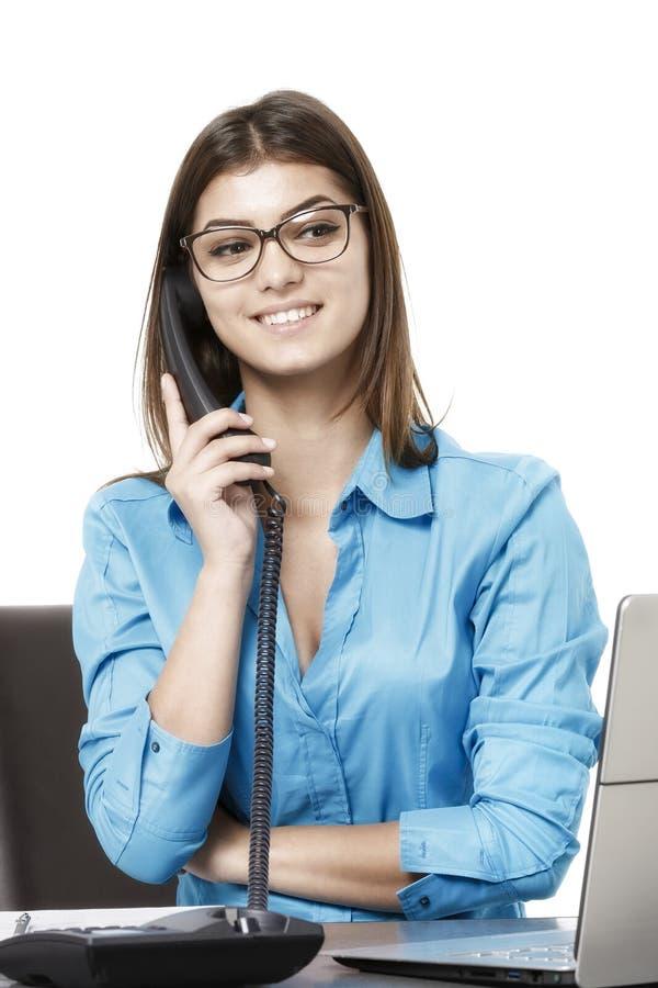 Mujer atractiva y confiada que trabaja en oficina imagenes de archivo