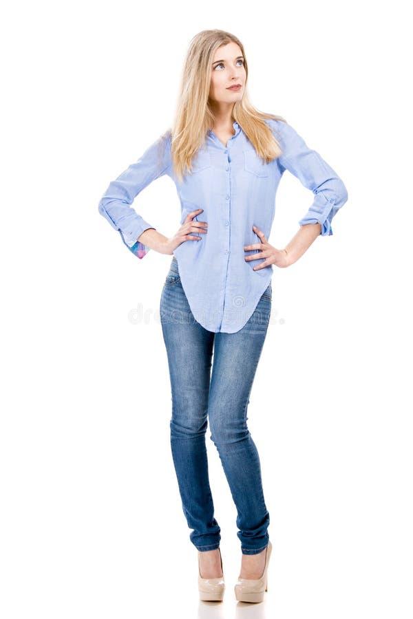 Mujer atractiva y de la moda del blonde fotografía de archivo libre de regalías
