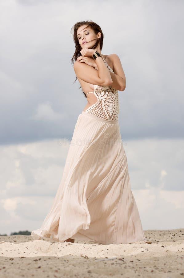 Mujer atractiva y de la sensualidad en el desierto imagen de archivo