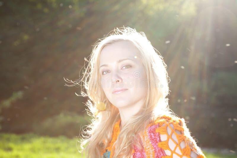 Mujer bajo luz del sol fotos de archivo
