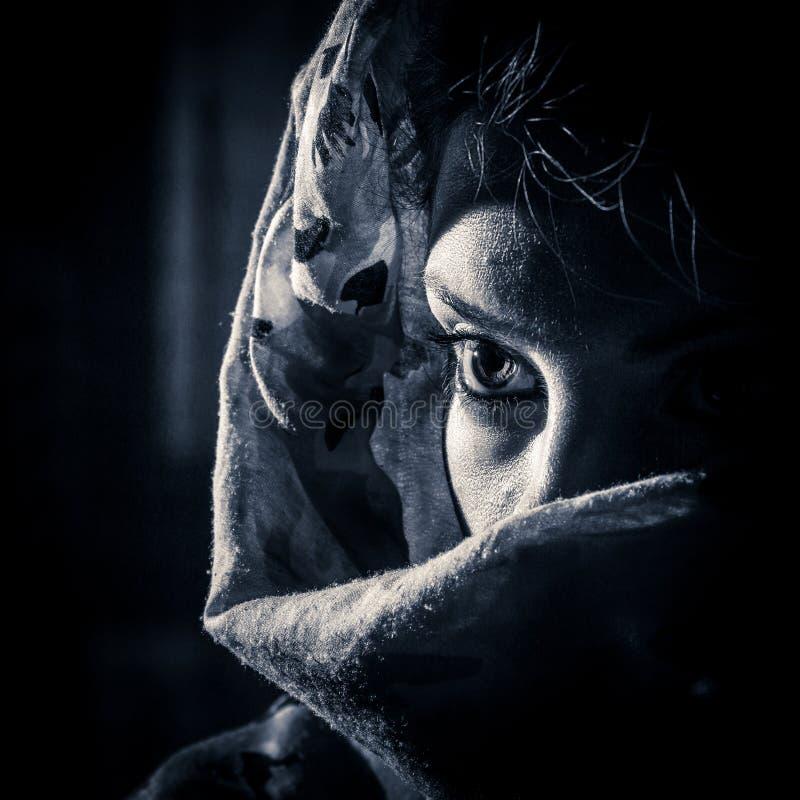Mujer bajo velo imagenes de archivo