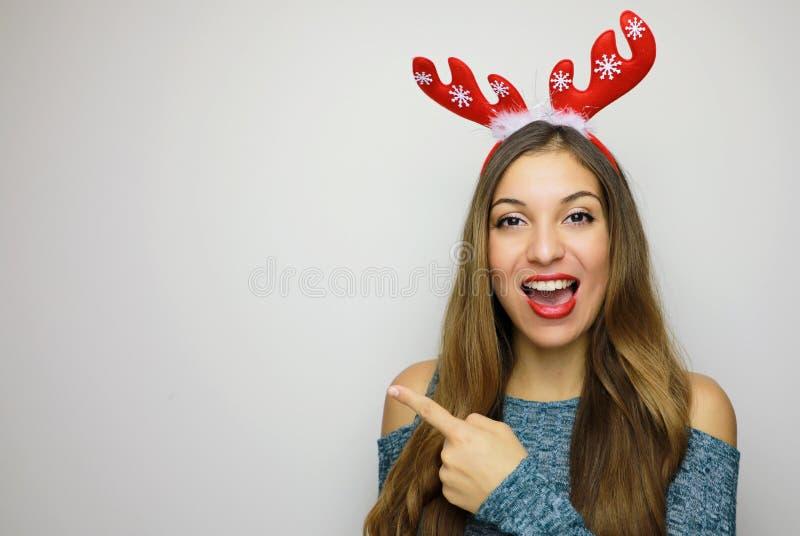 Mujer bastante alegre de la Navidad que gesticula con el finger y el showin imagenes de archivo