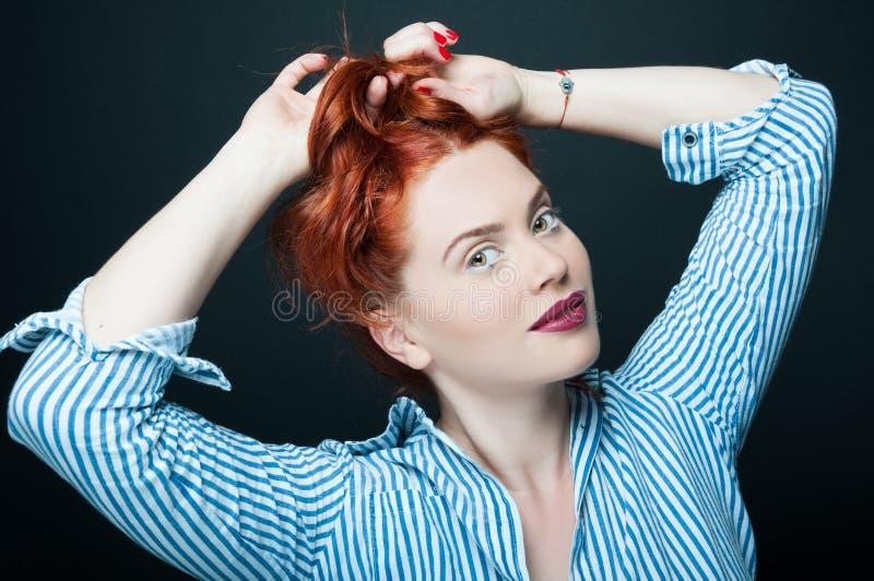 Mujer bastante atractiva con el maquillaje brillante que se divierte imagenes de archivo