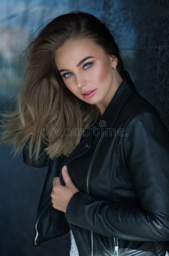 Mujer bastante atractiva de los j?venes en la chaqueta de cuero, gir del inconformista de la forma de vida fotografía de archivo