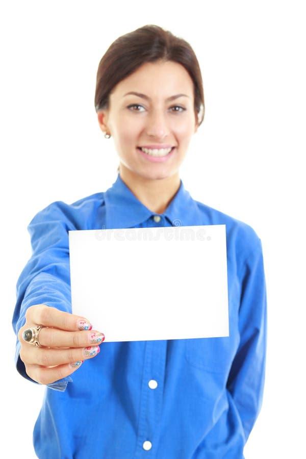 Mujer bastante casual que sostiene su tarjeta de visita en blanco grande imagenes de archivo