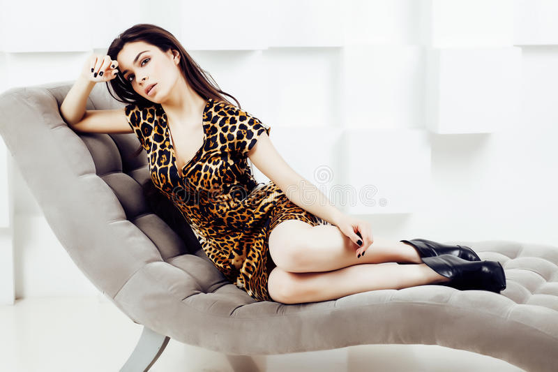 Mujer bastante elegante en vestido de la moda con el estampado leopardo junto en el interior rico de lujo del sitio, concepto de  imagenes de archivo