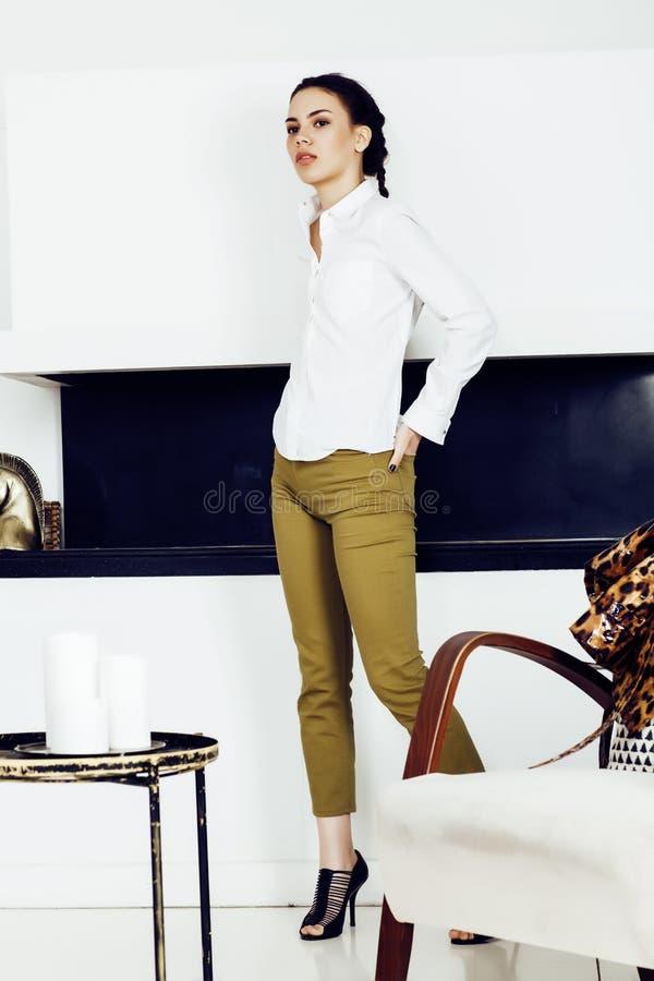 Mujer bastante elegante en vestido de la moda con el estampado leopardo junto en el interior rico de lujo del sitio, concepto de  fotos de archivo