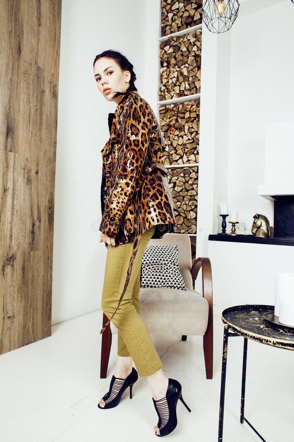 Mujer bastante elegante en vestido de la moda con el estampado leopardo junto en el interior rico de lujo del sitio, concepto de  imágenes de archivo libres de regalías