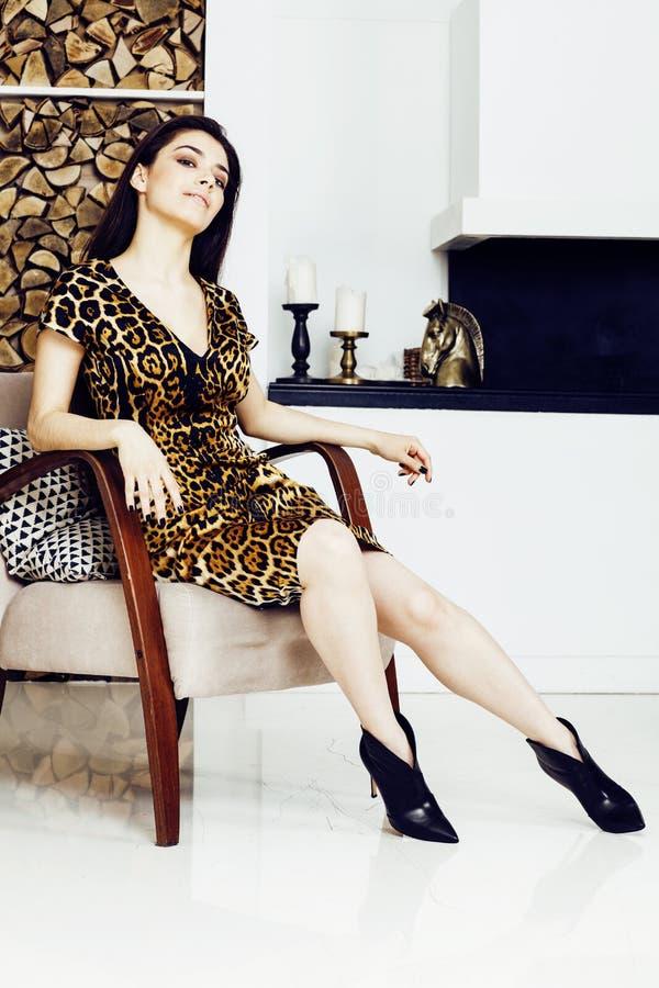 Mujer bastante elegante en vestido de la moda con el estampado leopardo junto en el interior rico de lujo del sitio, concepto de  fotografía de archivo libre de regalías