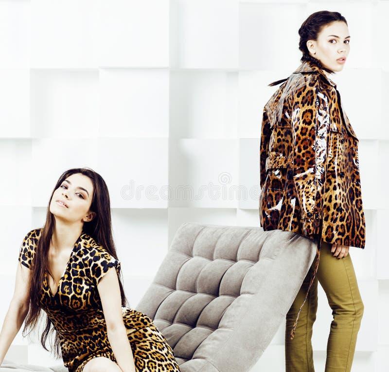 Mujer bastante elegante en vestido de la moda con el estampado leopardo junto en el interior rico de lujo del sitio, concepto de  foto de archivo