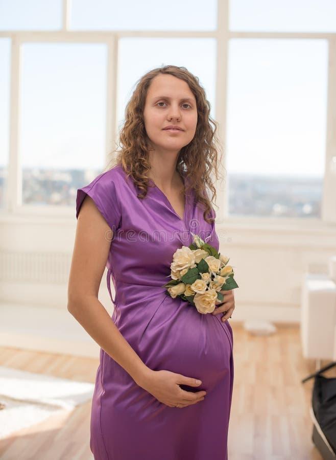 Mujer bastante embarazada de pelo largo imagen de archivo libre de regalías