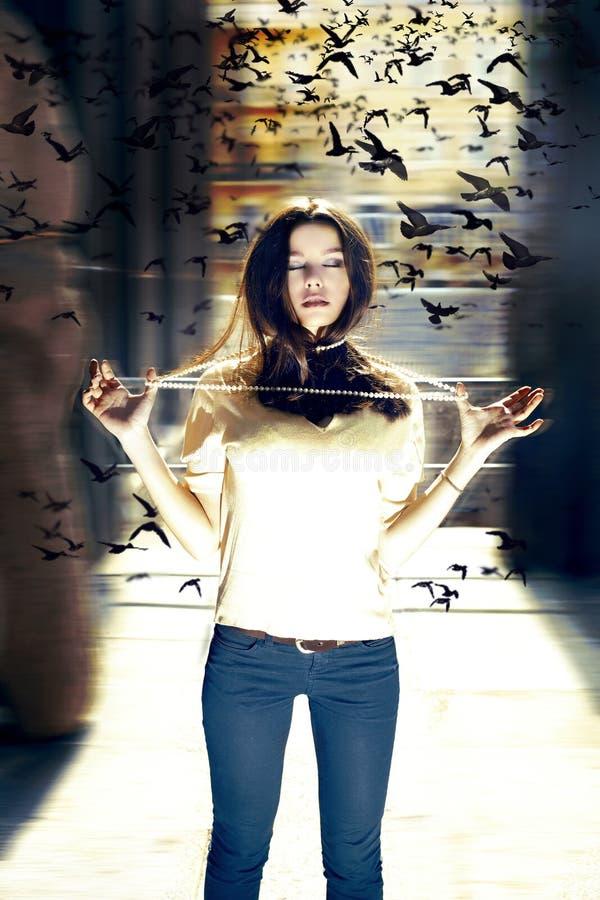 Mujer bastante joven con los pájaros foto de archivo