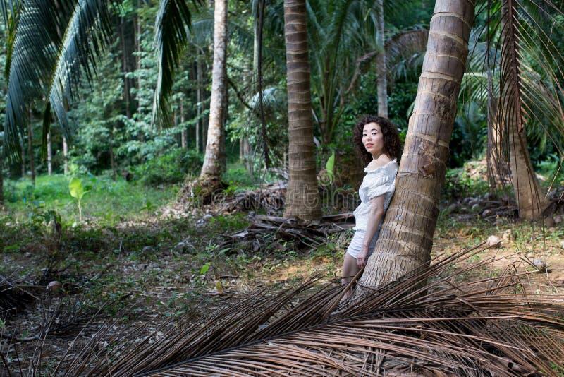 Mujer bastante joven de la raza mixta en caminar tropical del bosque imágenes de archivo libres de regalías