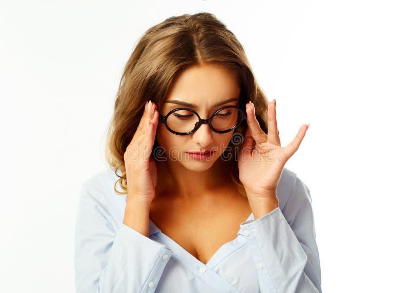 Mujer bastante joven divertida que se sostiene el pelo para arriba sobre el backgrou blanco imágenes de archivo libres de regalías