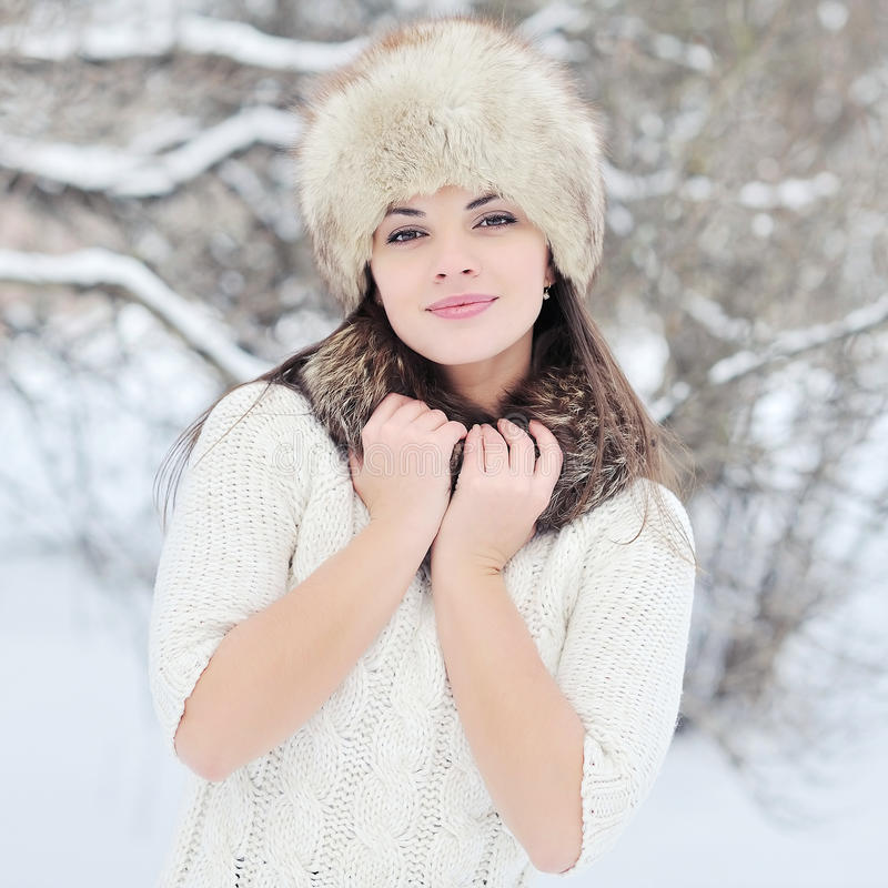Mujer bastante joven en cierre del sombrero del invierno para arriba fotografía de archivo