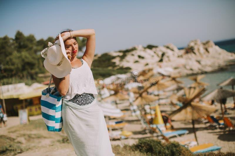 Mujer bastante joven en la playa fotos de archivo