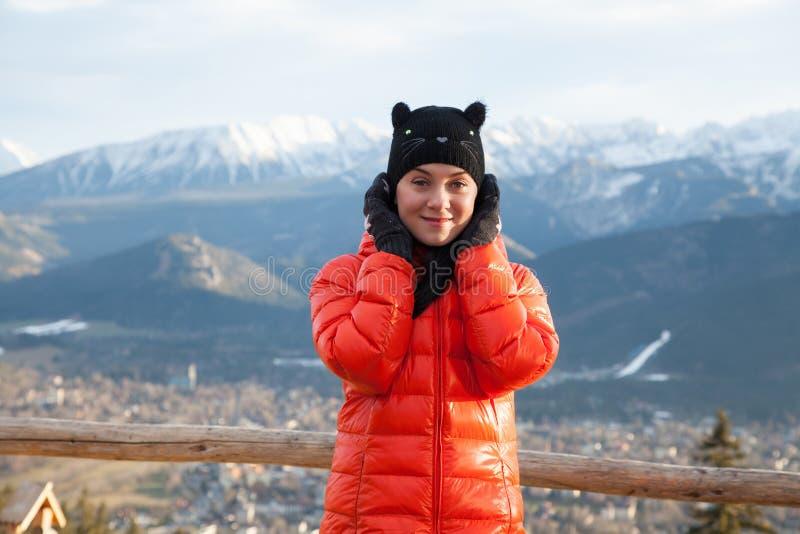 Mujer bastante joven en las montañas fotos de archivo