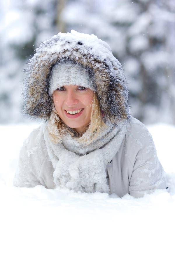 Mujer bastante joven en nieve foto de archivo libre de regalías