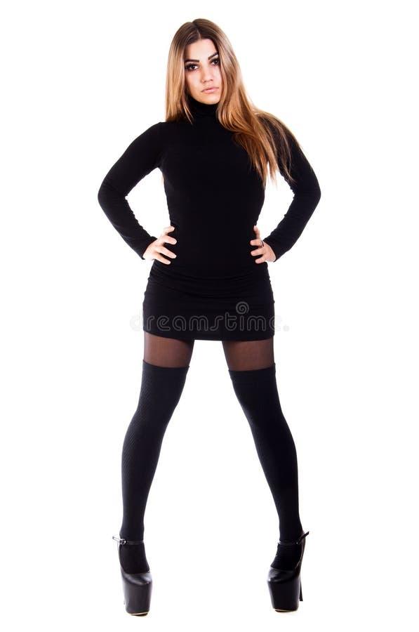 Mujer bastante joven en una alineada negra imagenes de archivo