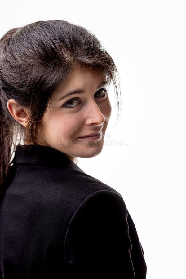 Mujer bastante joven en una chaqueta negra imagen de archivo
