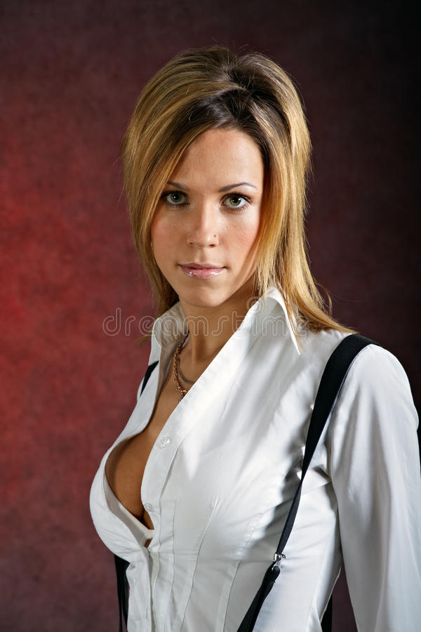 Mujer bastante joven que desgasta la ropa atractiva fotos de archivo