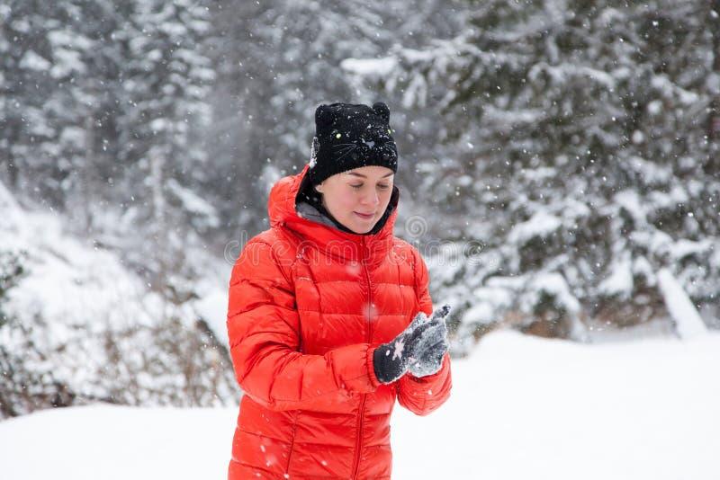 Mujer bastante joven que juega bolas de nieve fotos de archivo libres de regalías