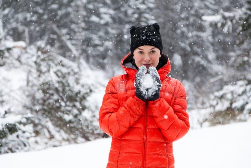 Mujer bastante joven que juega bolas de nieve imagen de archivo