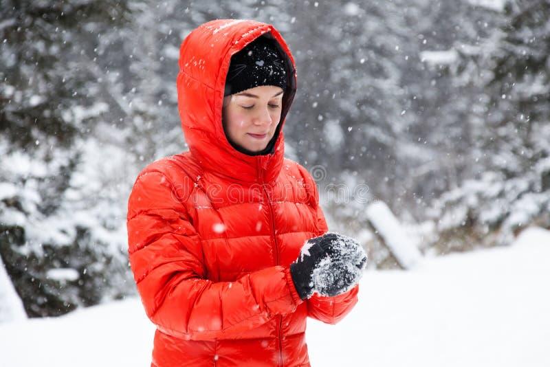 Mujer bastante joven que juega bolas de nieve imágenes de archivo libres de regalías