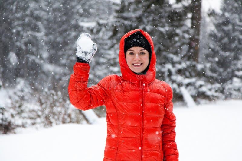 Mujer bastante joven que juega bolas de nieve foto de archivo
