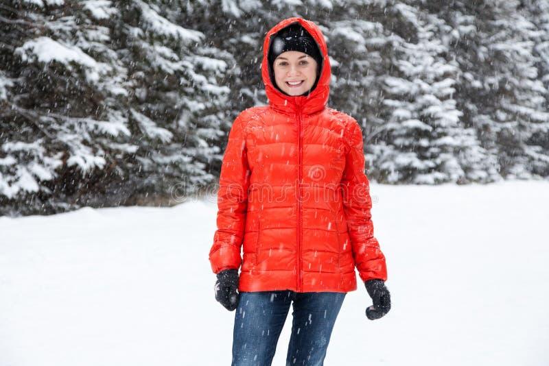 Mujer bastante joven que juega bolas de nieve imagen de archivo libre de regalías