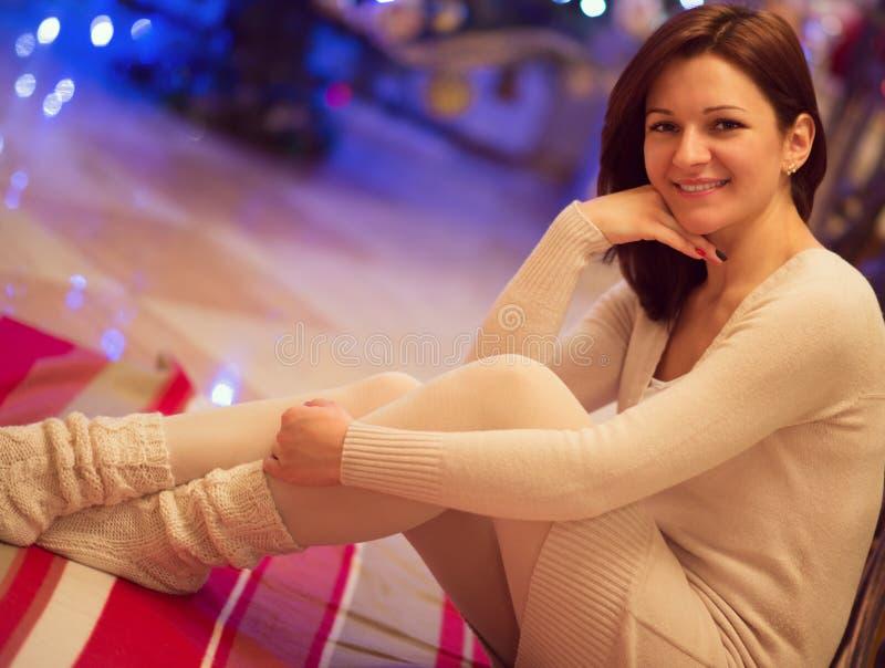 Mujer bastante joven que mira con sonrisa atractiva - dentro foto de archivo libre de regalías