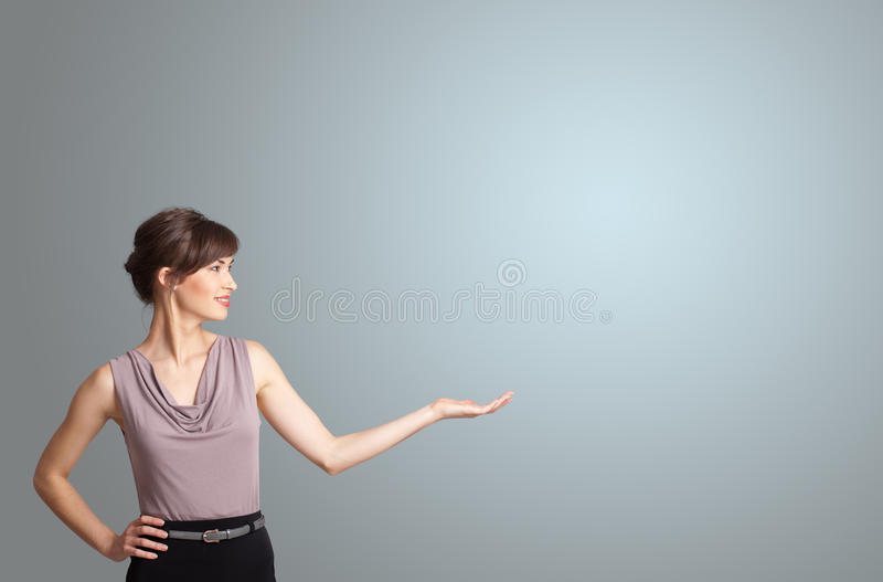 Mujer bonita que presenta el espacio de la copia fotos de archivo