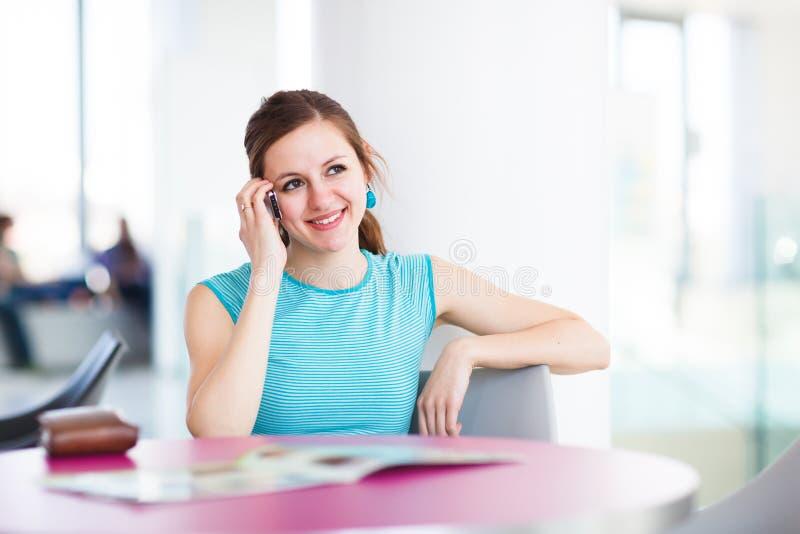 Mujer bastante joven que usa su teléfono móvil imágenes de archivo libres de regalías