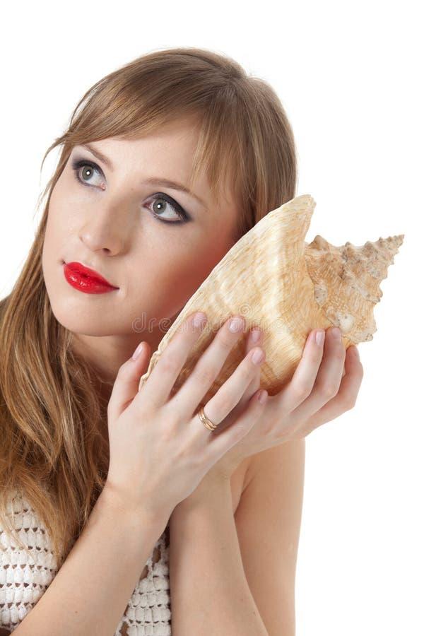 Mujer bastante joven y seashell foto de archivo libre de regalías