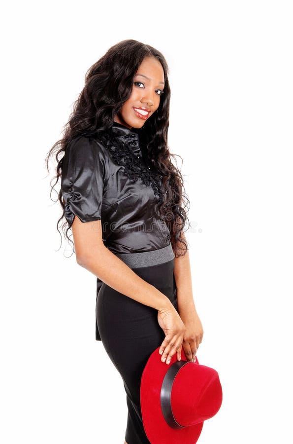 Mujer bastante negra que sostiene el sombrero foto de archivo libre de regalías