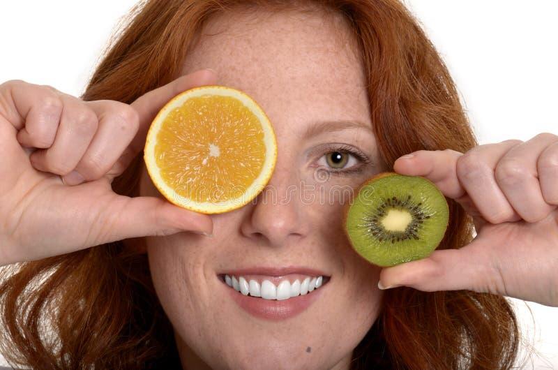 Mujer bastante pelirroja con tramos de frutas imágenes de archivo libres de regalías