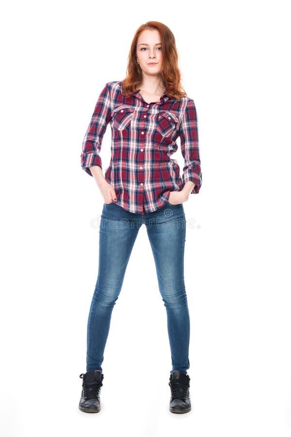 Mujer bastante rizada de los jóvenes en camisa de tela escocesa imagen de archivo