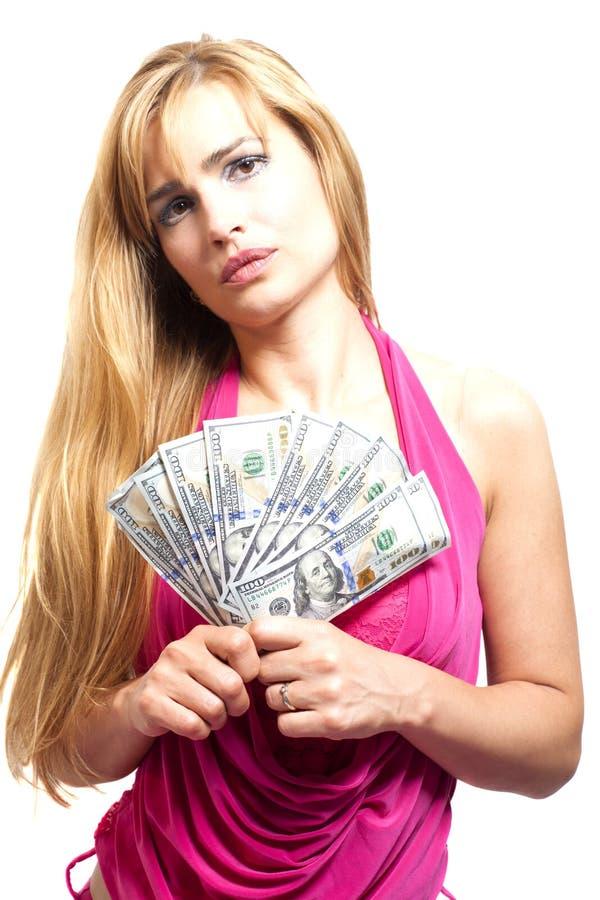 Mujer bastante rubia con el taco de dólares en blanco foto de archivo