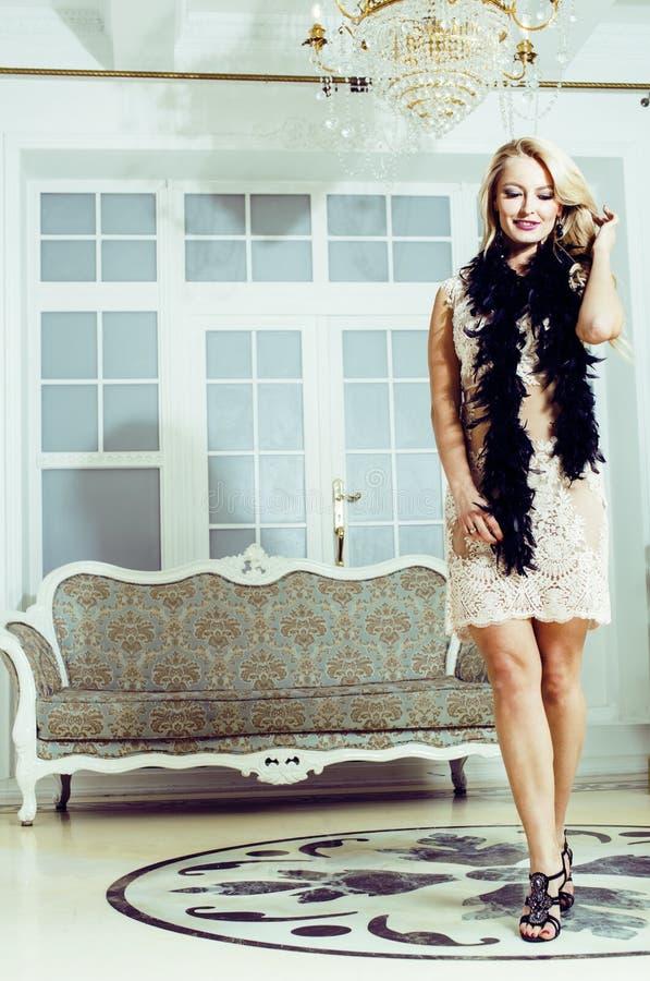 Mujer bastante rubia en interior de lujo rico de la casa, gente de la moda fotos de archivo