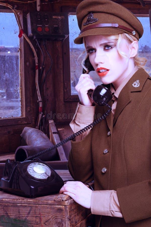 Mujer bastante rubia en uniforme del ejército foto de archivo