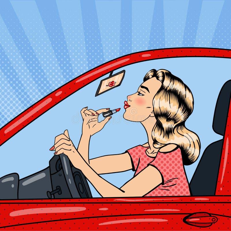 Mujer bastante rubia que aplica el lápiz labial mientras que conduce un coche Arte pop ilustración del vector