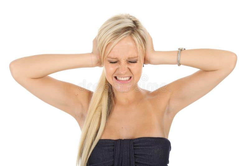 Mujer bastante rubia que bloquea los oídos fotografía de archivo