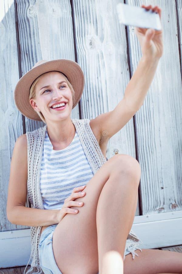 Mujer bastante rubia que toma el selfie imagen de archivo libre de regalías