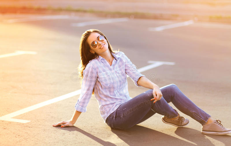 Mujer bastante sensual del retrato de la forma de vida del verano al aire libre fotografía de archivo libre de regalías