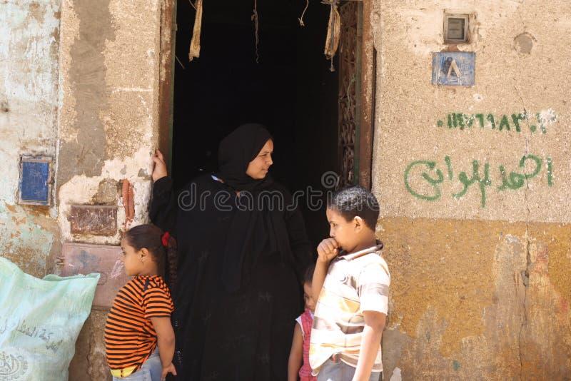 Mujer beduina en la ciudad, Giza Egipto imagen de archivo