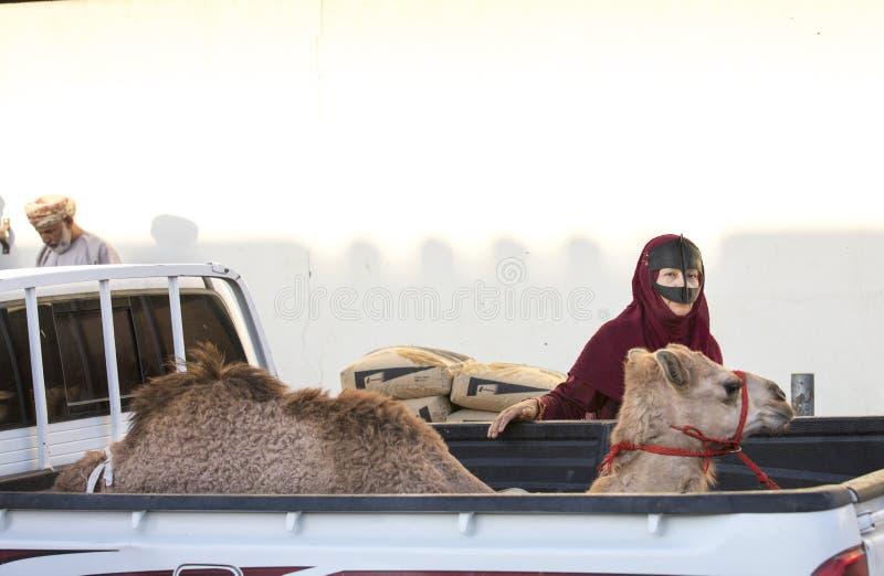 Mujer beduina en un mercado con su camello foto de archivo